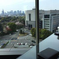 ラウンジからの眺めは四谷駅方向(庭園側ではない)