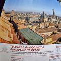 若くて元気な人はサン・ペトローニオ聖堂のテラスからボローニャ全体を 老人は写真を見るだけ