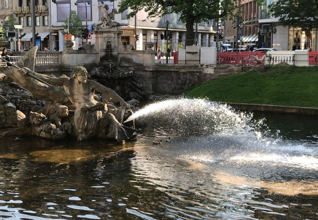 Konigsallee 中程に噴水があります。