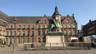 こじんまりとした市庁舎前広場と乗馬像です。欧州に来たって感じがします。