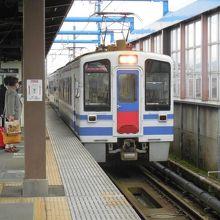 十日町駅に到着する快速スノーラビット号