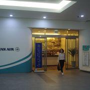 韓国航空会社系ラウンジは制限エリアに入って3階にあります。