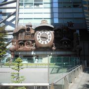 現代的なビルにからくり時計