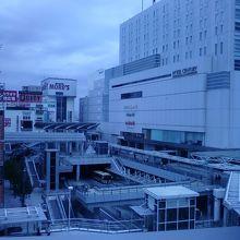 窓からの景色です。駅が見えます。