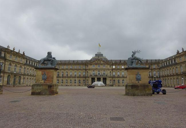 公園に面した新宮殿