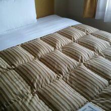 窓とベッド、部屋はせまい