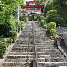 急な階段と鐘楼門