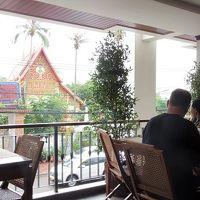 朝食は,入口前の半屋外で,ラオスのお寺を眺めて食べられます。
