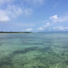 透明度は高い。左には黒島港。その奥は西表島。