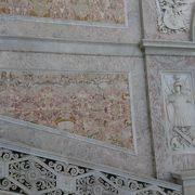 大階段はピンクの大理石