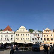 昼も夜も観光客で賑わっている広場。