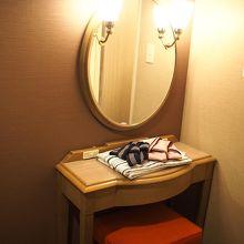 角部屋に宿泊。鏡台が二つあって女性には嬉しい