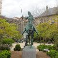 写真:ジャンヌ ダルク像 (ノートルダム大聖堂前の広場)