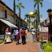 サルタン・モスク正面へと続く参道的な通り。ここしばらく中近東系のレストランが増えています。