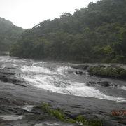 緩やかに流れる滝
