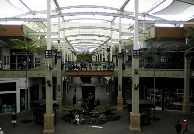 マウイ島のアラモアナ・センターとも言われている大規模なショッピングモールですが、オアフ島が人口約100万人+膨大な観光客、マウイ島が人口約10万人という規模なのでここもアラモアナセンターの十分の一以下という感じでした。