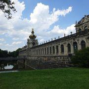広い敷地の宮殿らしい宮殿