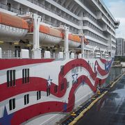 1週間かけてホノルルから出発して、マウイ島、ハワイ島、カウアイ島を巡りホノルルへ戻ってくるクルーズ船です。