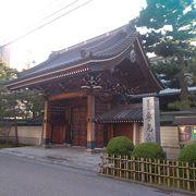 金沢駅から近く、特に入口の門の豪華な建築様式に圧倒
