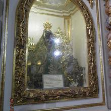 祭壇中央のマリア像