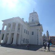 旧市庁舎の白壁が目を引きました。