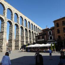 旧市街の西方にあるローマ水道橋