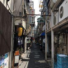 昭和半ばの繁華街の裏路地の雰囲気です。