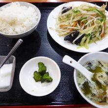 野菜炒め定食(+唐揚げがセット)