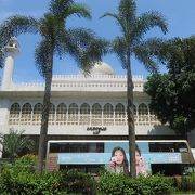 繁華街のモスク