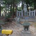 写真:築山御前の墓(首塚)
