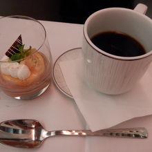 行のデザートとコーヒー