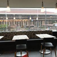 朝食会場。目の前が台北駅です。