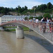 歩行者専用の橋。旧市街と新市街を結ぶ橋のうち,一番西側の橋。鍵がいっぱい欄干にかかっている。