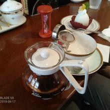 同行者の頼んだミルクティー(たっぷり)とケーキ
