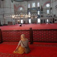 赤い絨毯に座ってくつろげます。