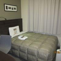 落ち着いた色合いのベッドルーム