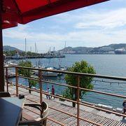 海をながめてのんびりくつろげるカフェ