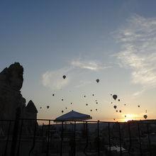 洞窟ホテルから見える早朝の気球