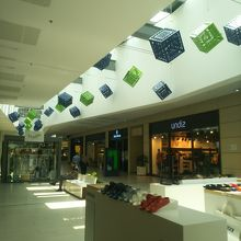 ショッピングセンター内部