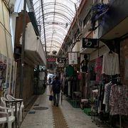 徐々に変わりつつある高低差のある商店街。