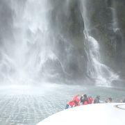 断崖を流れ落ちる滝が魅力