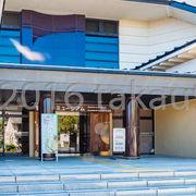 和風をイメージしたようなデザインの近代的な建物です。
