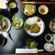 夕食は刺身・鍋ありで平均的で悪くないです。