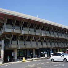 津山城のふもとに建つ本格的ホール
