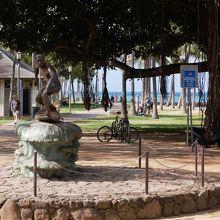 モンクシールと波に乗る少年の像