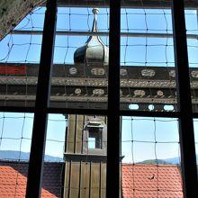 時計塔から主祭壇上の鐘楼を見る