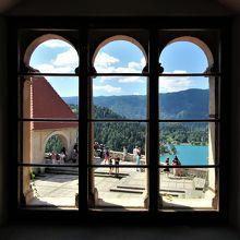 博物館から展望テラスを眺める。