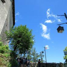 お城に上がる急な坂道。