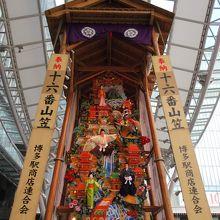 博多駅前の飾り山笠