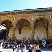 `彫刻像の広場`で[ランツィの回廊]もその一翼を!